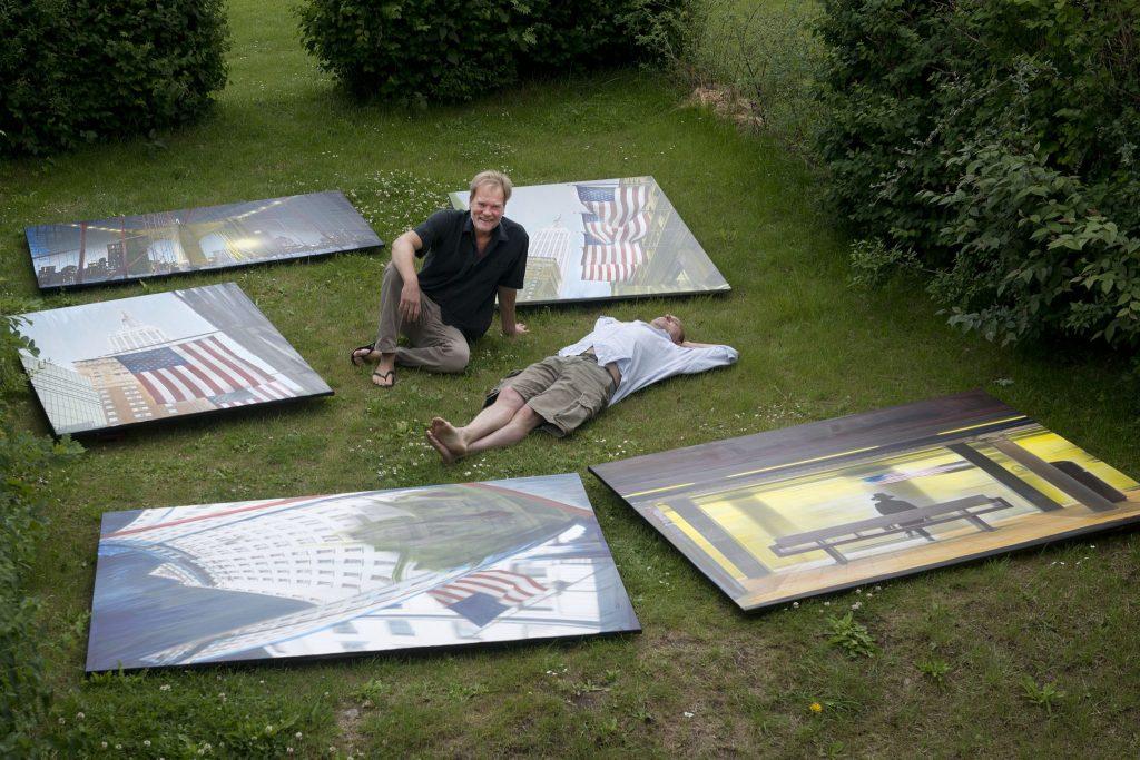 Horn/Andersen på græsplæne omgivet af malerier