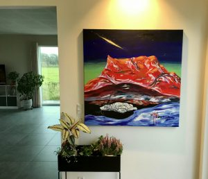 Jens Kampmanns Rød Sermitsiaq sammen med planter